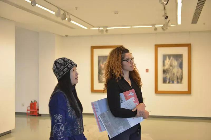 参观正在布展中的新中国美术家系列——广东省作品展