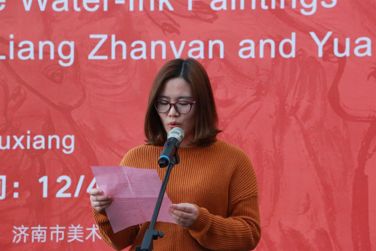 工作人员宣读山东艺术学院院长王力克贺信