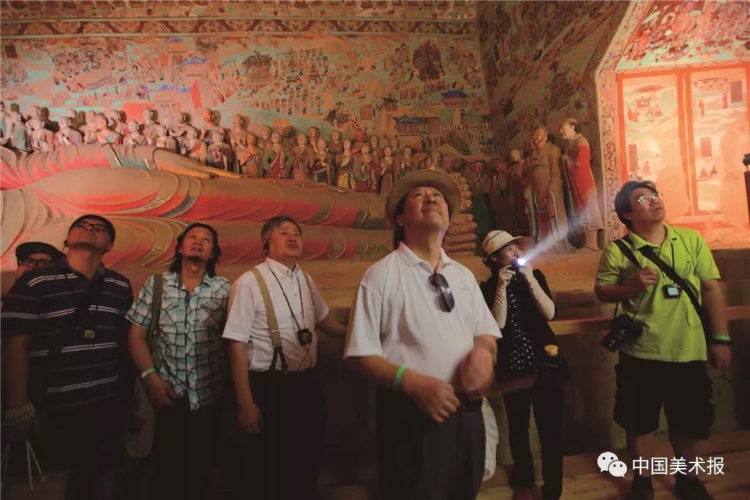 """2014年8月2日,""""一带一路""""国际美术工程考察写生团观摩石窟壁画"""