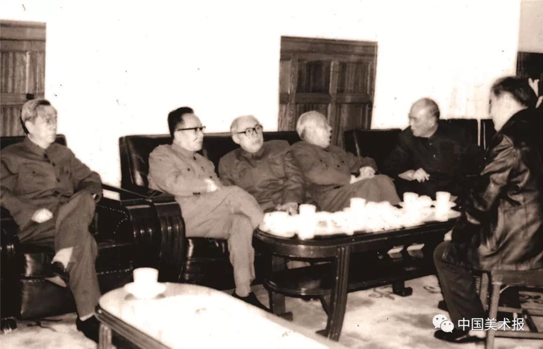 在中国画研究院成立大会前,万里、谷牧、姚依林、方毅等中央领导与中国画研究院负责人黄胄、蔡若虹交谈