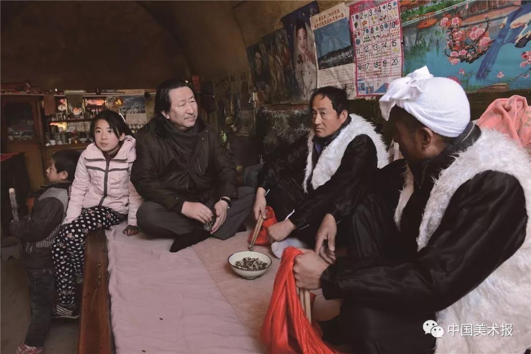 """2015年2月4日,在""""扎根生活,扎根人民""""活动中,杨晓阳与延安石门乡晋塔村村民交流"""