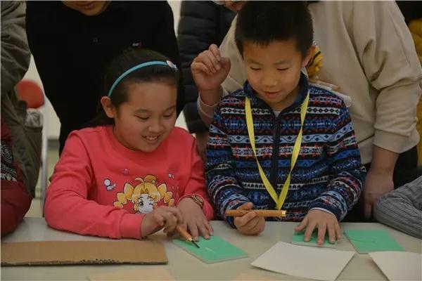 孩子们自己制作版画
