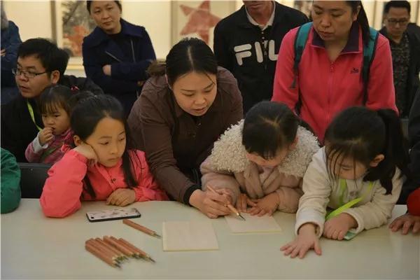 中国国家画院美术馆副馆长常欣协助小朋友制作版画