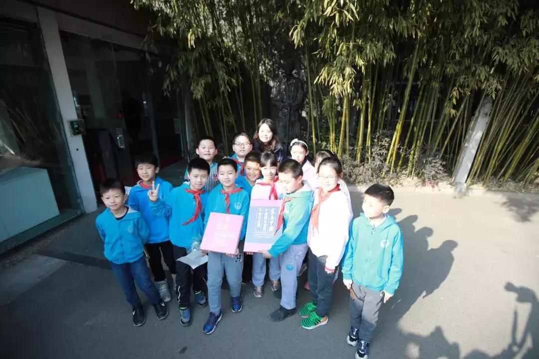 中国国家画院美术馆向万泉小学赠送艺术画册