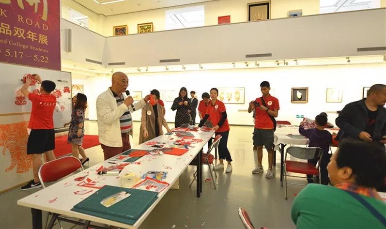 西安美术学院特殊教育艺术学院直属党支部书记、院长秦东点评作品