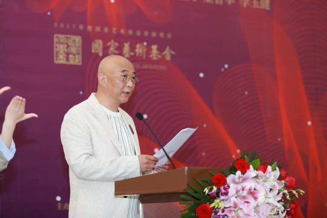 西安美术学院特殊教育艺术学院院长秦东主持开幕式