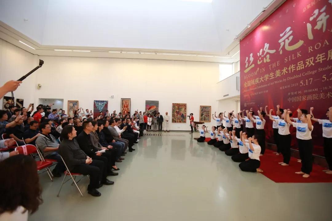 开幕式现场,中国残疾人艺术团表演《手语诗》