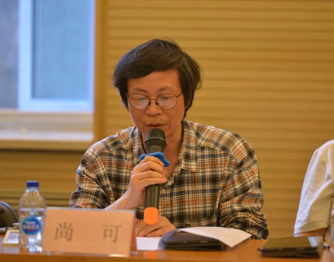 组委会秘书长,中国国家画院艺术交流部主任尚可介绍评委名单、评审地点、评审流程
