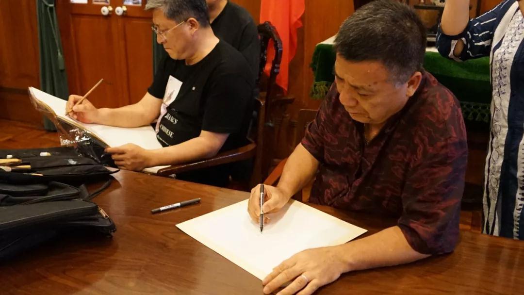 澳门美术家协会副主席刘富业写生中