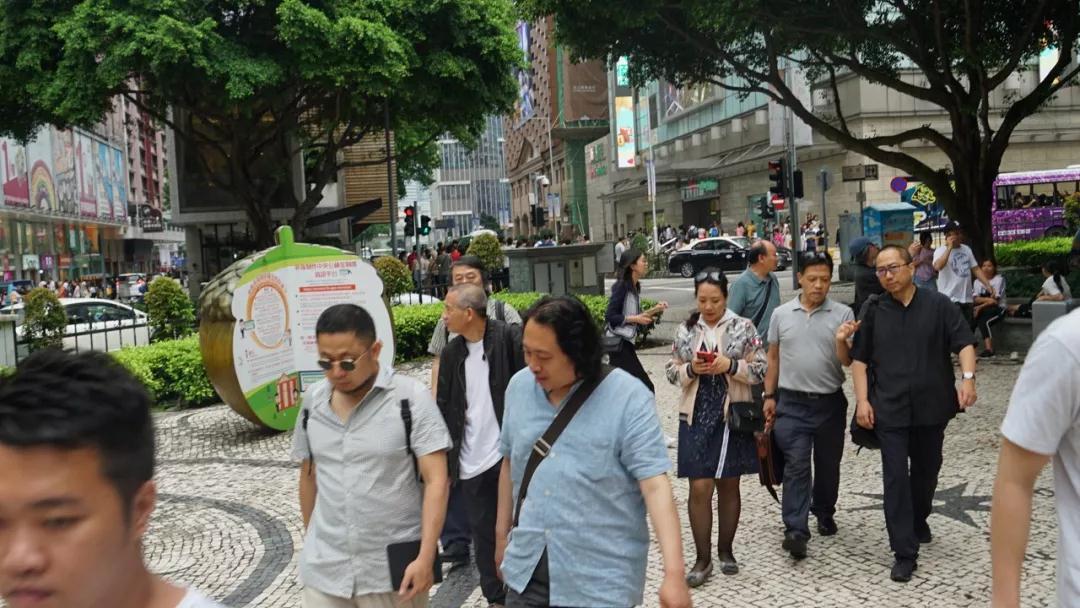 我们的艺术家穿梭于澳门的大街小巷