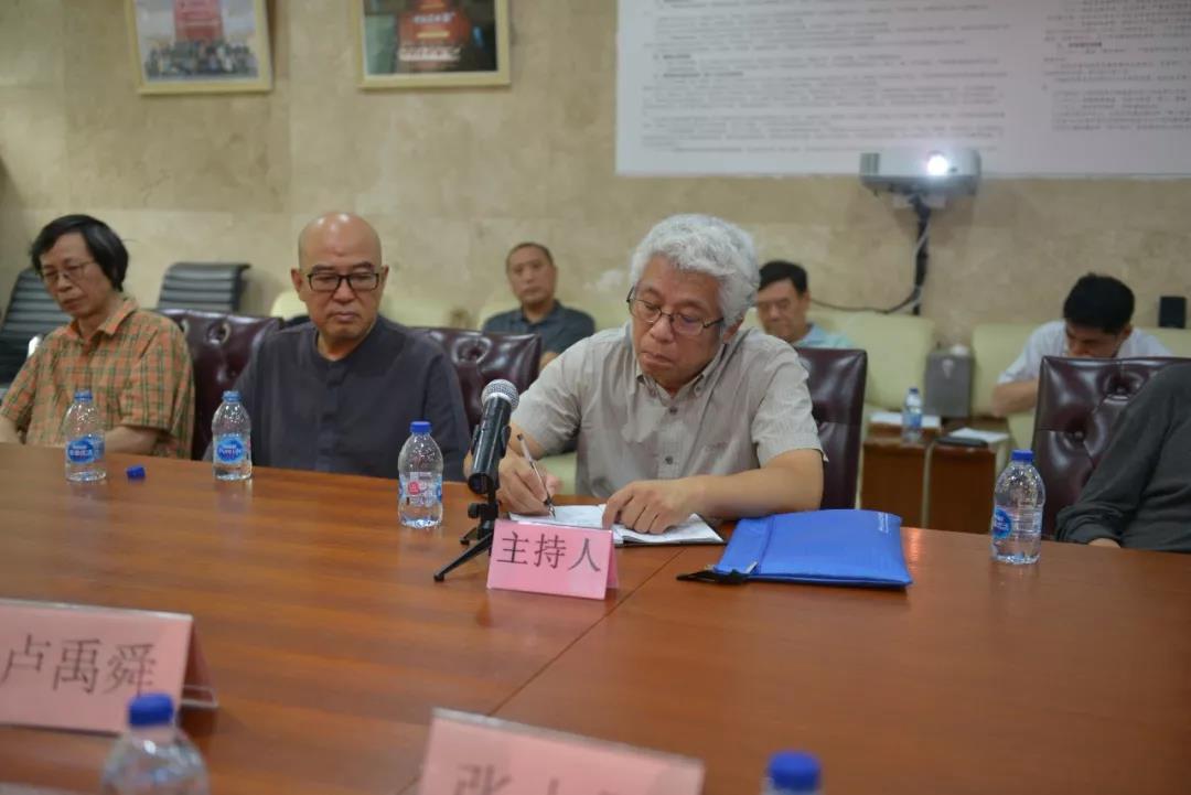 中国国家画院创研部副主任杨越主持会议