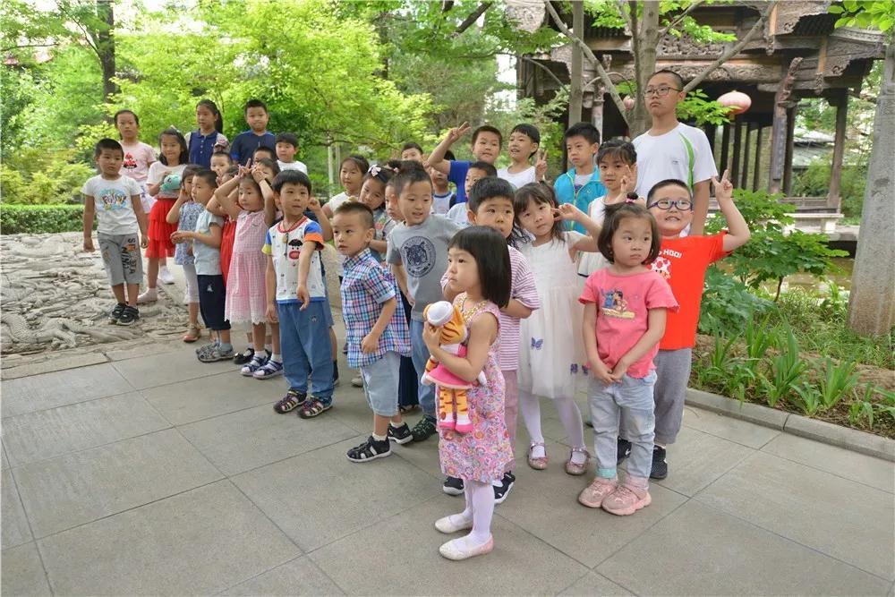 小朋友们在老师带领下参观荷园