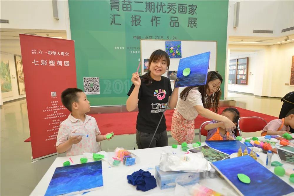 周莉莉老师为小朋友们做范画