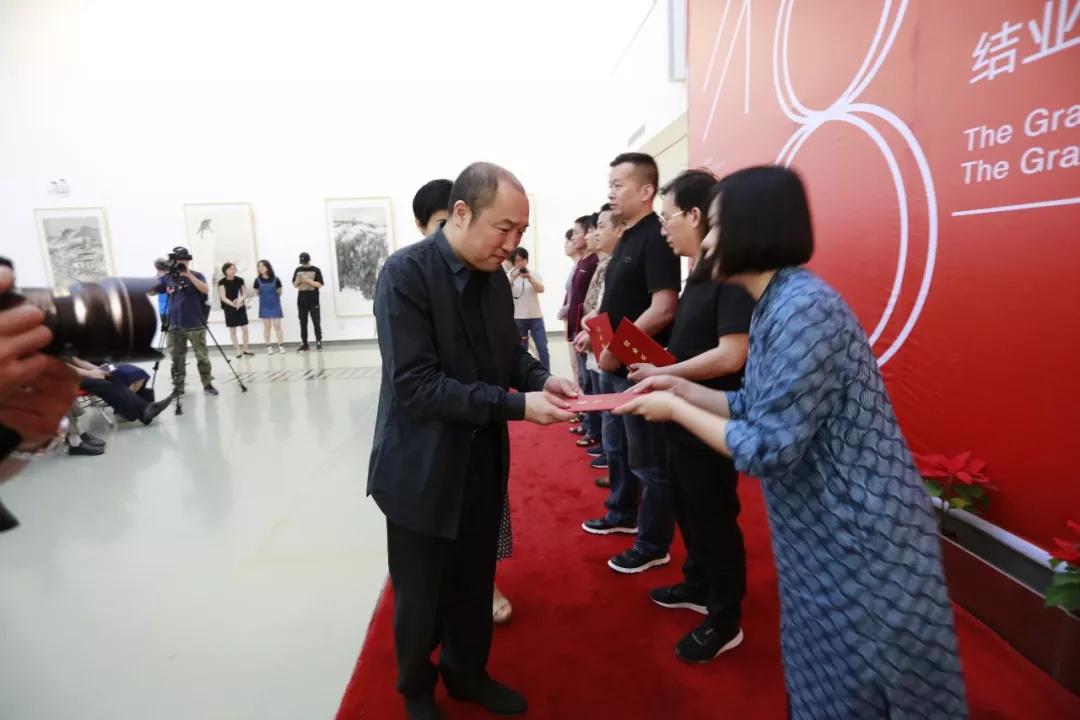 中国国家画院常务副院长卢禹舜为学员们颁发结业证书