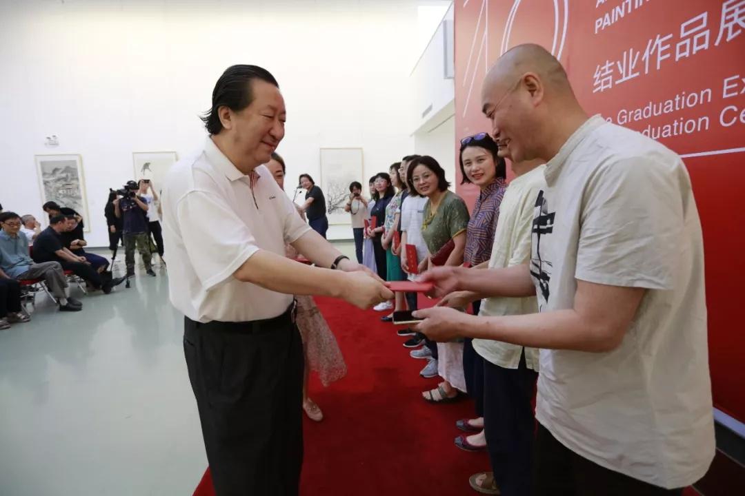 中国国家画院原院长杨晓阳为学员们颁发结业证书