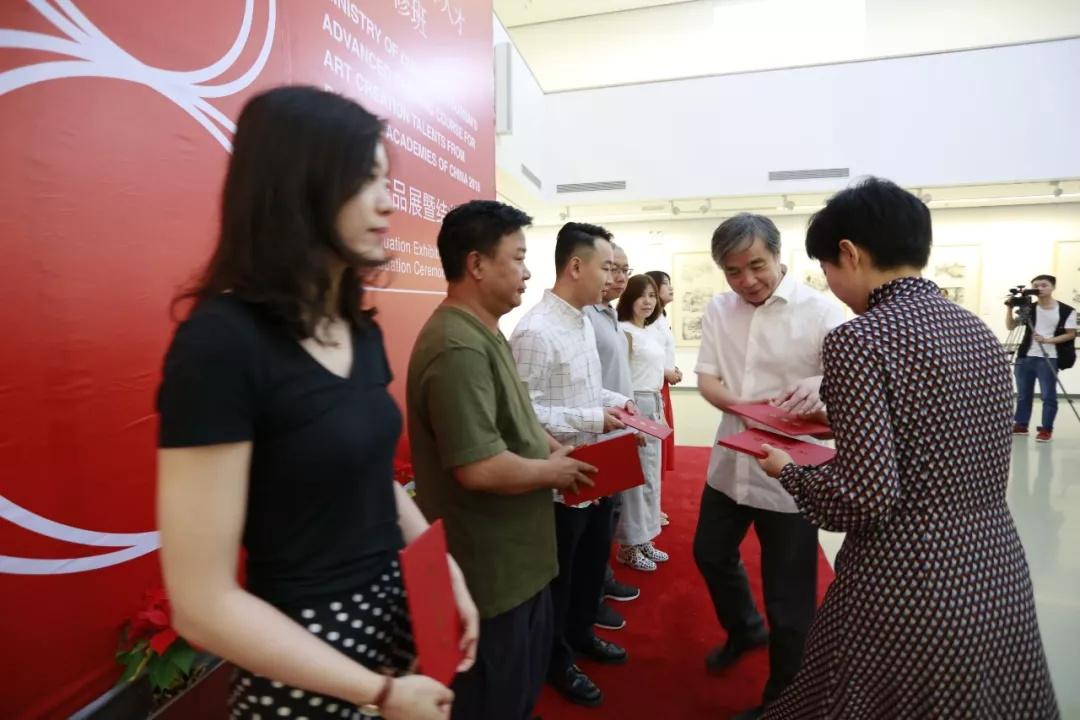 文化和旅游部艺术司副司长吕育忠为学员们颁发结业证书