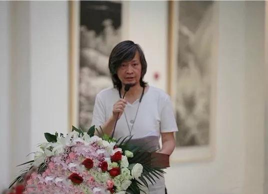 中国国家画院美术馆馆长何加林主持开幕仪式