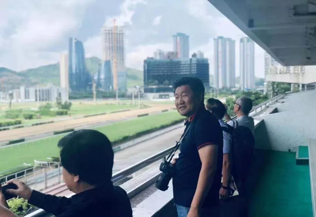 "/website-webapp/ewebeditor/uploadfile/38 中国油画院副院长徐青峰表示自己很喜欢马,照片""咔咔咔""拍不停。希望在之后的展览中能见到徐老师带来主题是赛马会或骏马的主题作品"