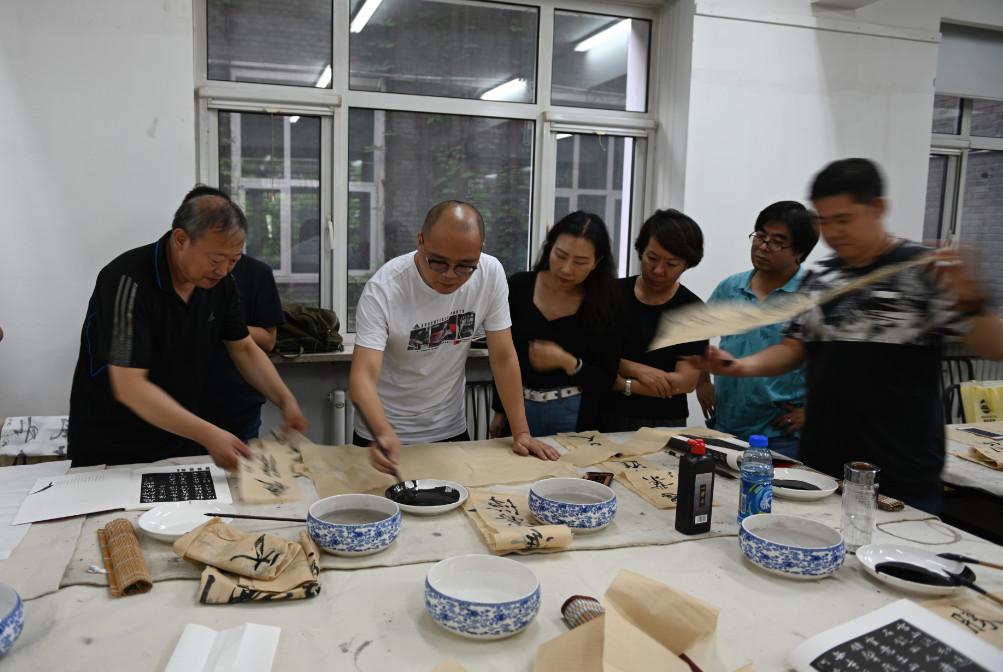 中国国家画院青年画院书法家、国家二级美术师 唐朝轶授课现场
