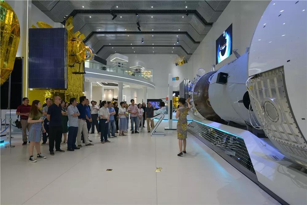 集体参观中国空间技术研究院展馆