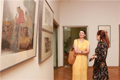 下戈里察大学艺术学院教授伊利卡其·塔涅那女士参观展览