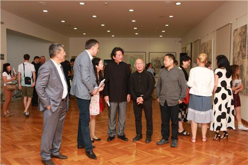 中国国家画院研究员郭子良向黑山名誉总统武亚诺维奇介绍展览作品