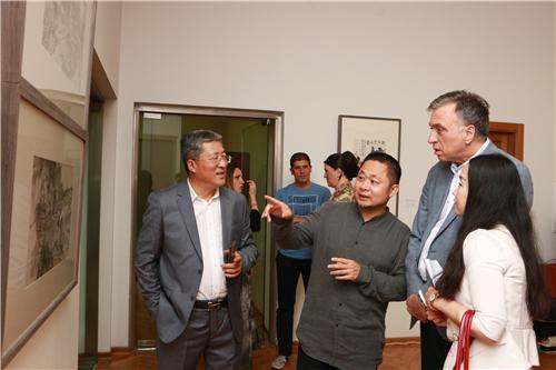 中国国家画院研究员方向给黑山名誉总统武亚诺维奇介绍展览作品