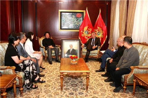 中国驻黑山大使馆和中国国家画院代表团,在黑山总统府将米洛·久卡诺维奇肖像作品作为两国悠久情谊的见证,赠送给米洛·久卡诺维奇总统