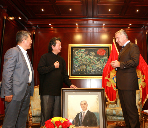 中国国家画院副院长张江舟向黑山总统米洛·久卡诺维奇介绍总统肖像画作的作者、中国国家画院国画院副院长于文江