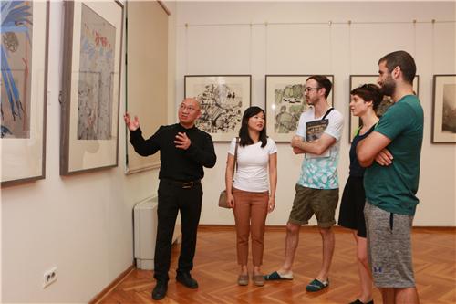 中国国家画院研究员郭子良向观众介绍中国艺术