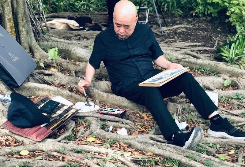 """广州画院院长方土在""""大树底下好乘凉"""",却没逃过蚊虫的疯狂袭击"""
