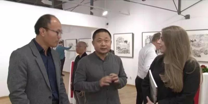 中国国家画院研究员方向在展览现场与波黑观众交流