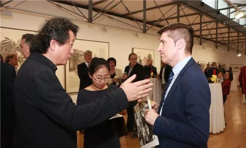 中国国家画院副院长张江舟和波黑民政部部长助理阿德南·胡西奇在展览现场交流
