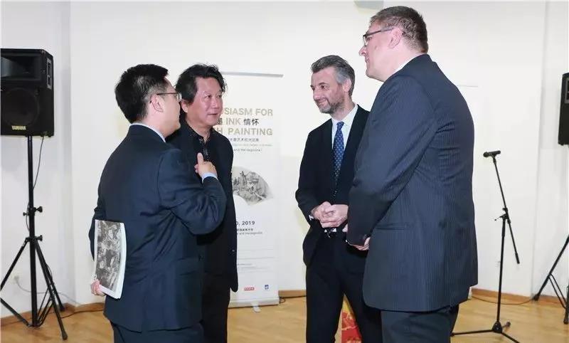 中国国家画院副院长张江舟、中国国家画院外事办主任张楠与波黑萨拉热窝州州长埃丁·福尔托、波黑萨拉热窝州财政部部长科瓦切维奇阿梅尔·科瓦切维奇在展览现场交流