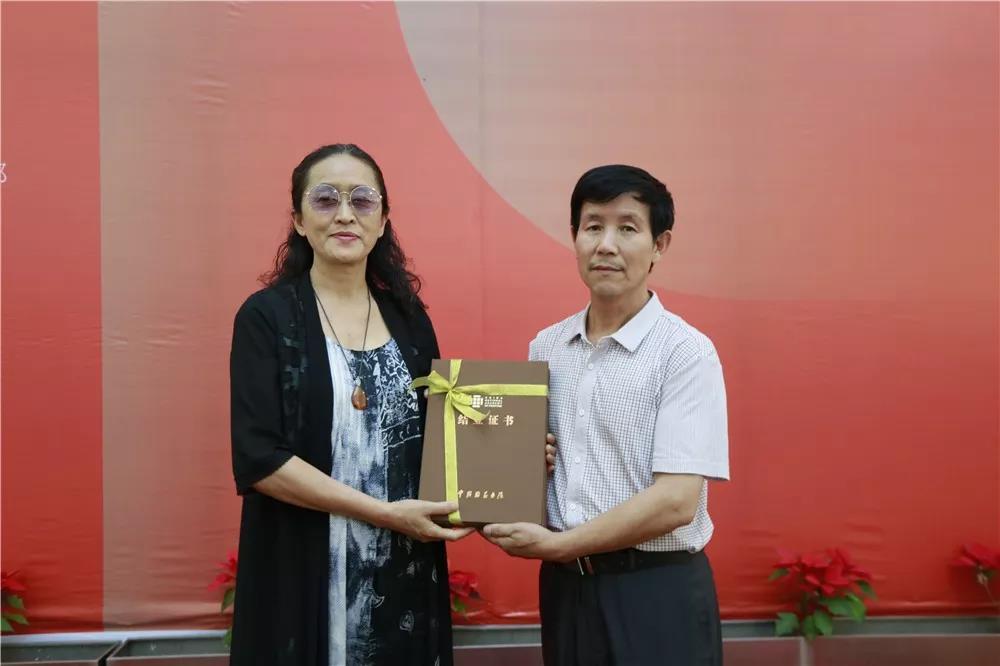导师唐秀玲为学员颁发结业证书