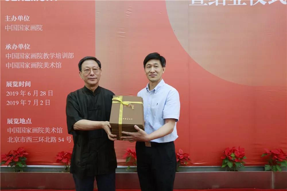 导师吴悦石为学员颁发结业证书