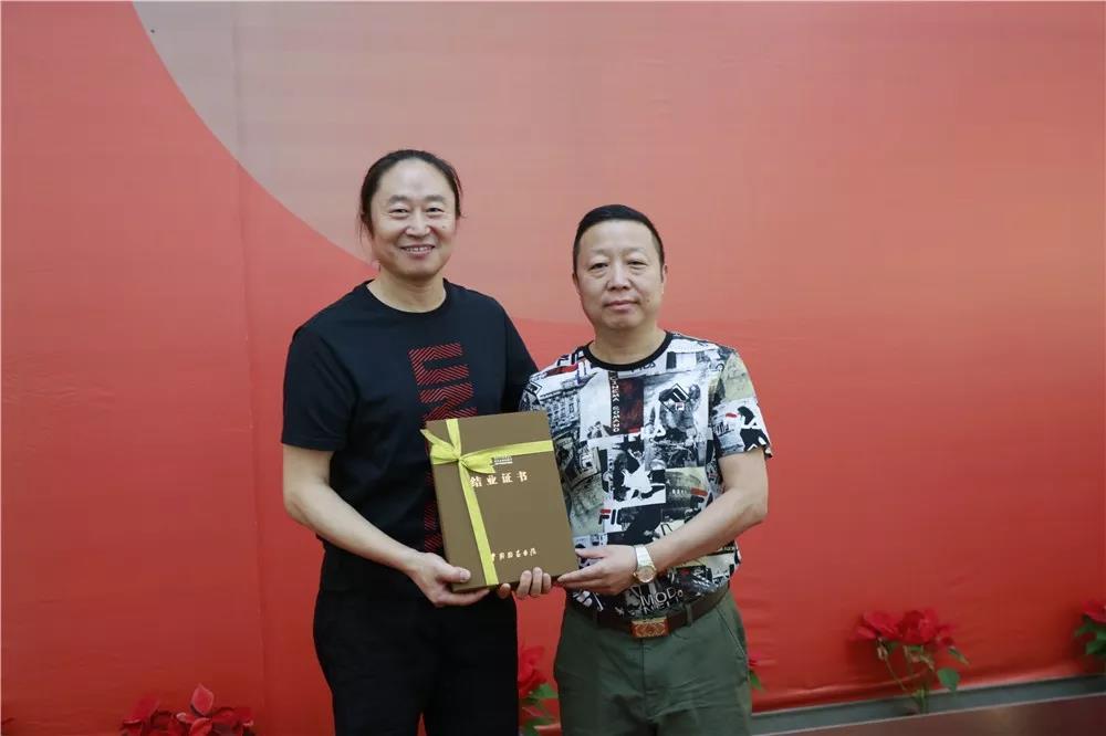 导师李强为学员颁发结业证书
