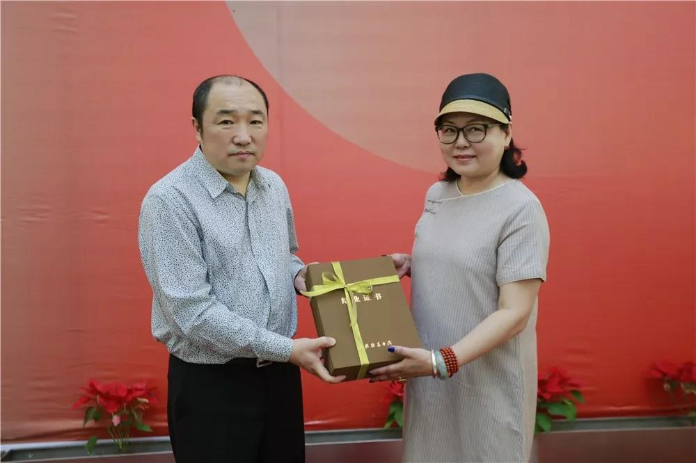中国国家画院常务副院长卢禹舜为高卉民、曾翔导师工作室学员颁发结业证书
