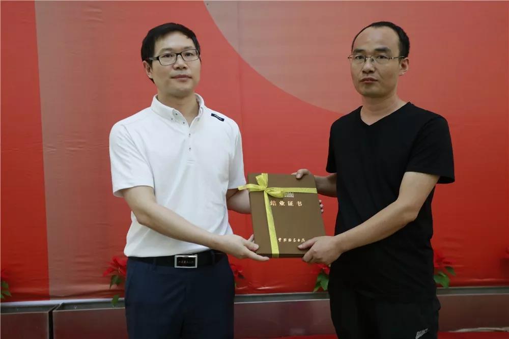 中国国家画院党委书记张士军为曾来德、纪连彬导师工作室学员颁发结业证书