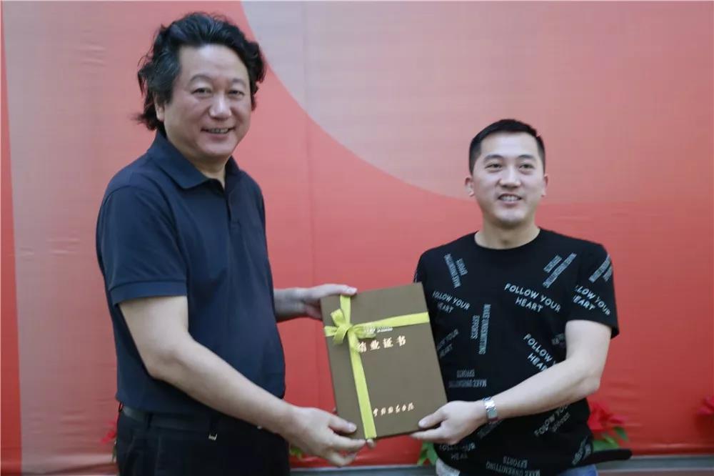 中国国家画院副院长张江舟为陈钰铭导师工作室学员颁发结业证书