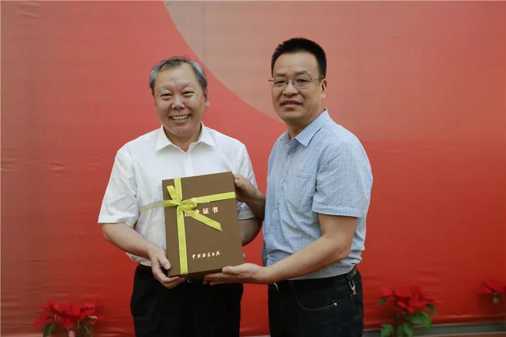 导师王厚祥为学员颁发结业证书
