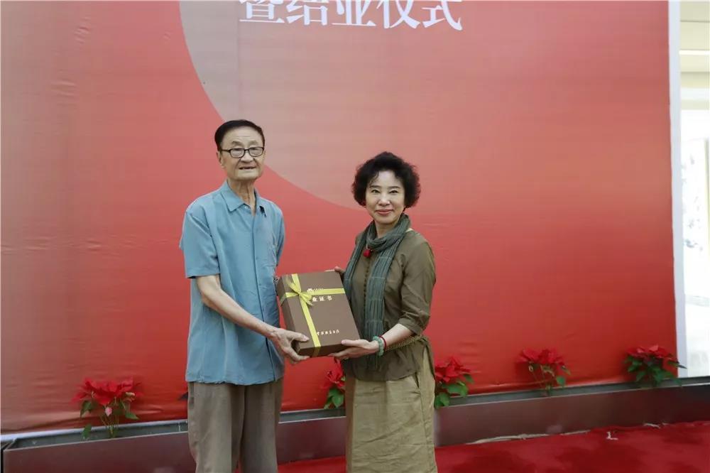 导师詹庚西为学员颁发结业证书