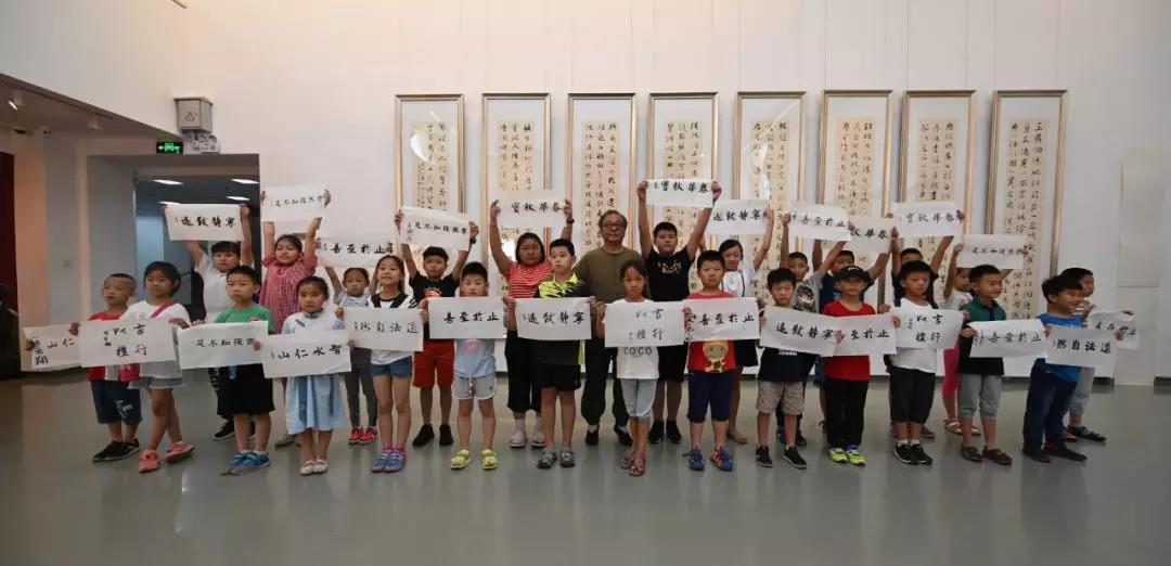 同学们兴奋的展示自己的作品并和高老师合影留念