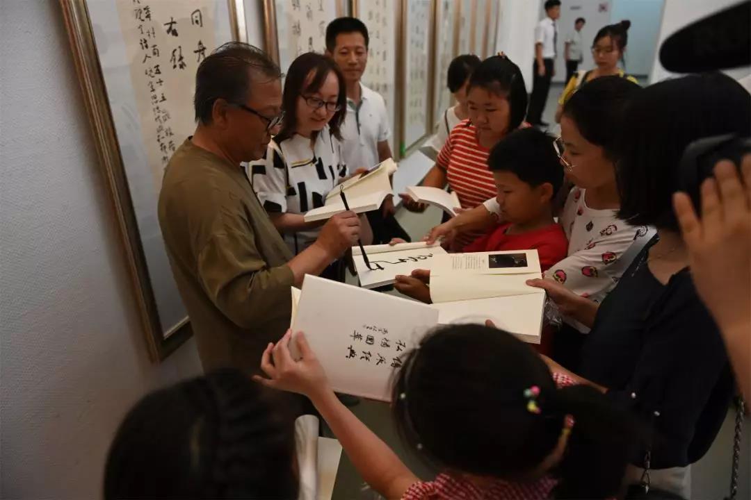 高老师在赠送的书法教材上签名