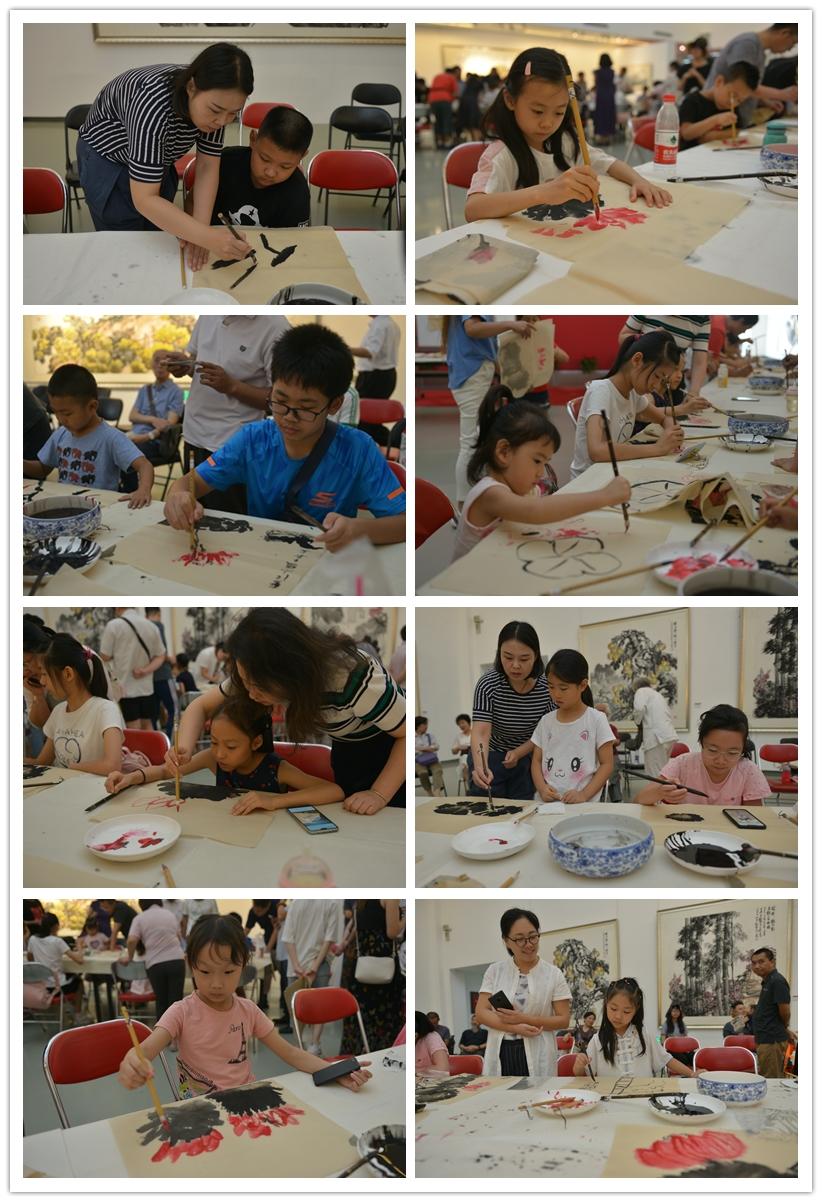 小朋友们练习画荷花