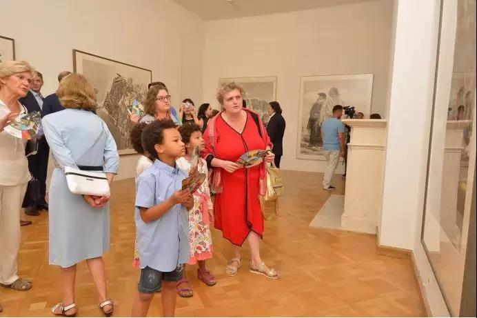 水墨情怀——中国国家画院水墨艺术欧洲巡展(克罗地亚展)展览现场,克罗地亚观众认真观展