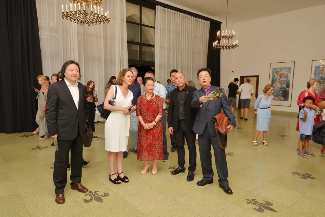 中国国家画院副院长纪连彬向中国驻克罗地亚大使许尔文,克罗地亚文化部部长尼娜·库尔兹纳克等嘉宾介绍展览作品