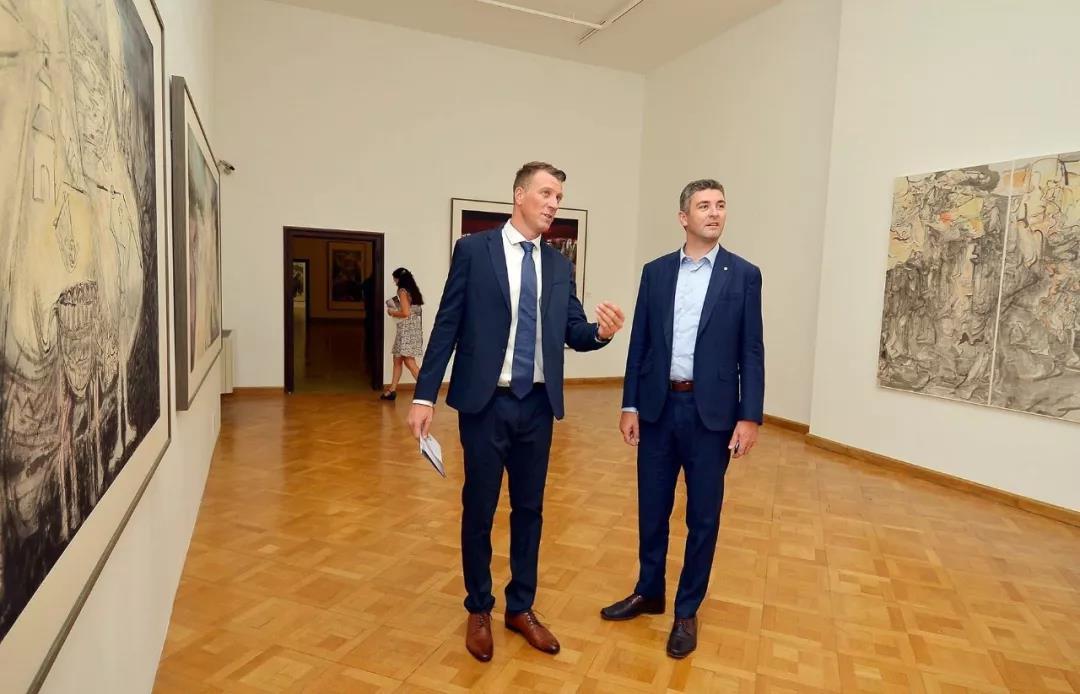 克罗地亚杜布罗夫尼克现代艺术博物馆馆长通科·斯莫克维那向克罗地亚杜布罗夫尼克市市长马托·弗兰克维奇介绍展览作品