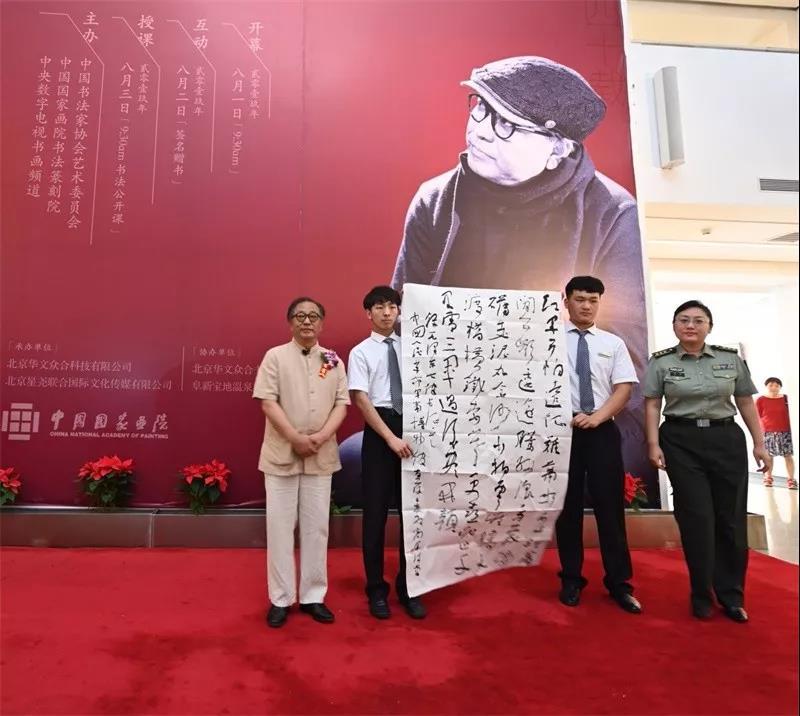 中国人民革命军事博物馆藏品保管室副主任闫欣接受捐赠