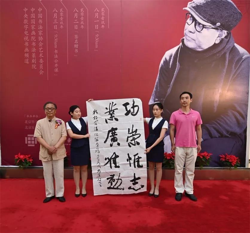 中国人民解放军仪仗队宣传科长李捷接受捐赠